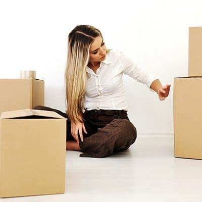 Mujer comprueba cajas tras una mudanza internacional