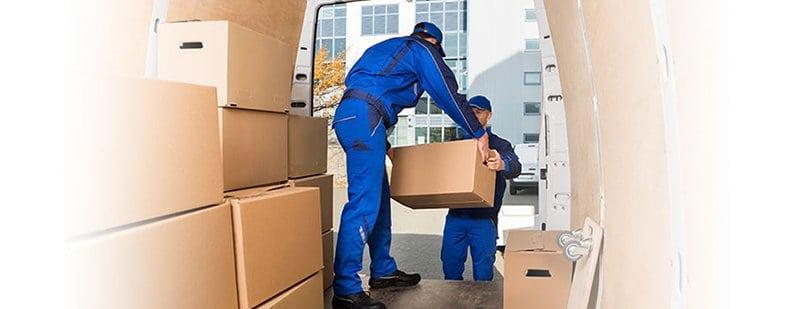 operarios descargan cajas de una mudanza internacional